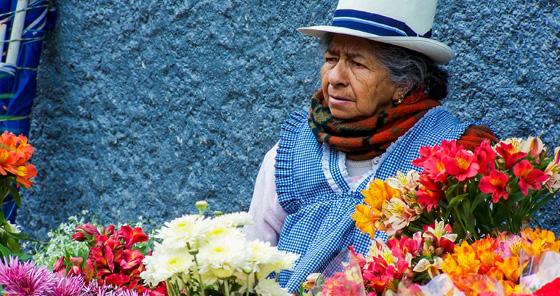 Mulher vendendo flores na feira em Cuenca, Equador