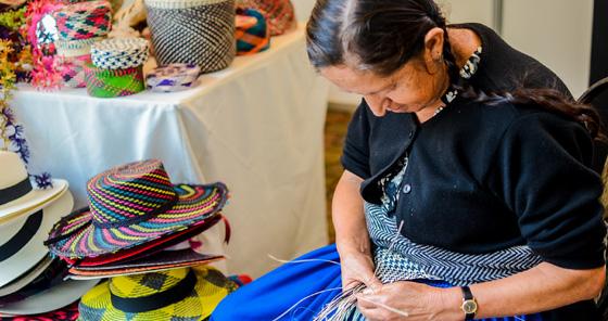 Mulher costurando na feira traditional em Cuenca, Equador