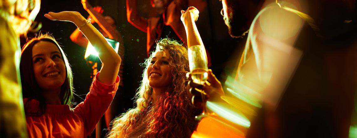 Garota dançando em um clube em Cuenca, Equador