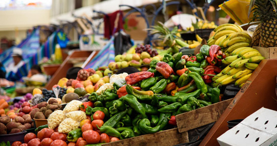 Des stands de fruits et légumes à un marché traditionnel à Cuenca, en Équateur.
