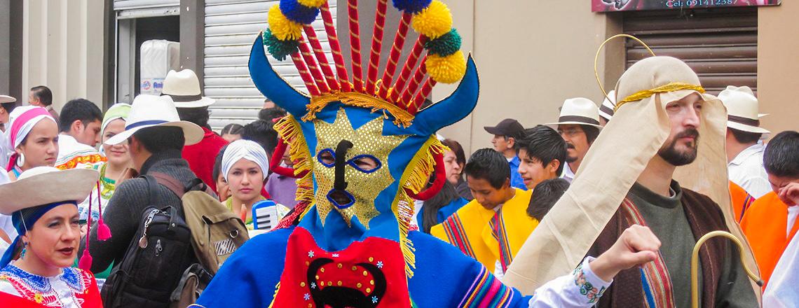 Un homme porte un marque lors des célébrations de Jueves de Compadres à Cuenca, en Équateur.