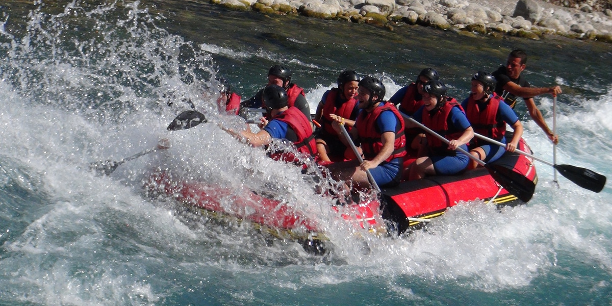 equipo haciendo rafting en bañor ecuador